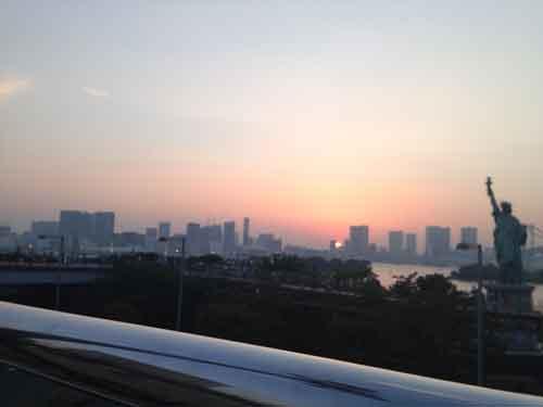 東京の高層ビルが対岸に見えます