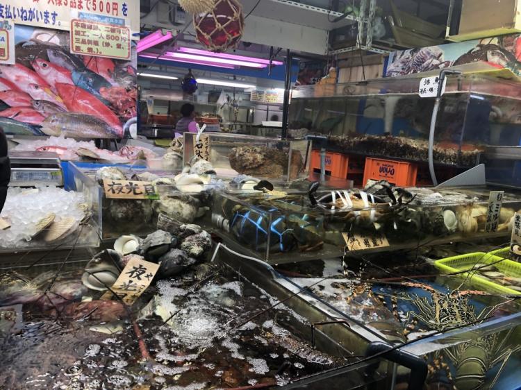 沖縄特産の海産物を中心にが売られている