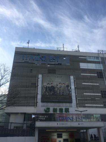 対面の新宿駅東口