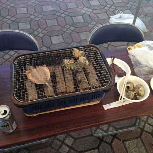 朝市で購入したものを焼いて食べるスペース