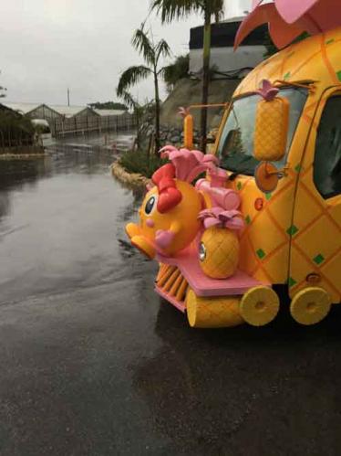 パーク内での移動の際のパイナップル風の車