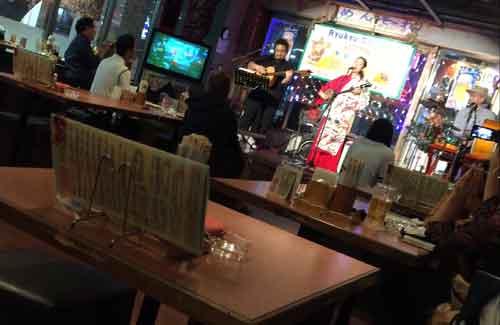 国際通りでは島唄ライブを開催するレストランが多い