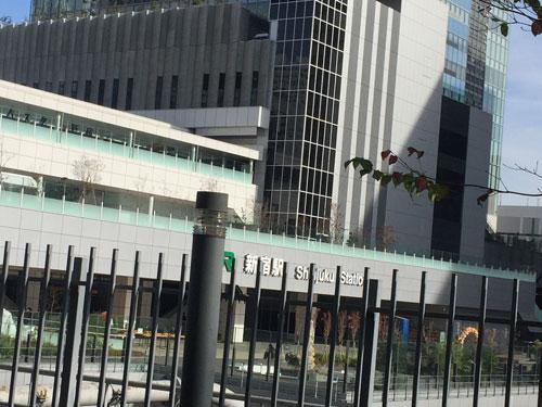 新宿駅新南口の上部がバスタ新宿