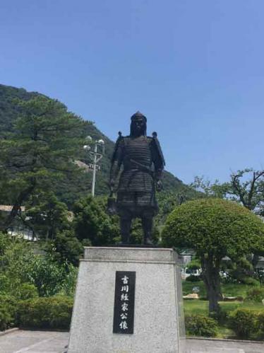 吉川経家像、後ろに鳥取城跡