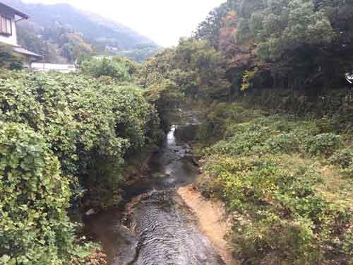 須佐神社の側を流れる川