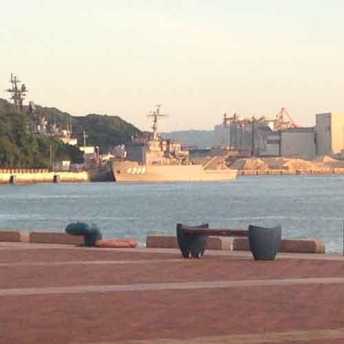 海上自衛隊または米軍の船がみられることも