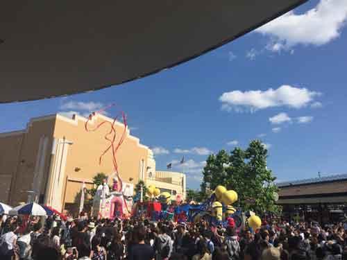にぎわうパレード