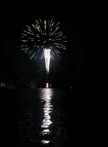 湖上花火も頻繁に打ち上げられている