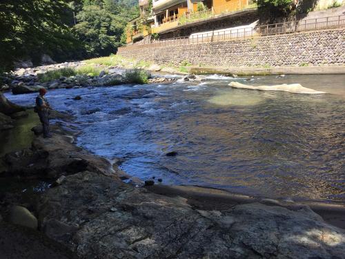 岩の湯は川のすぐ傍