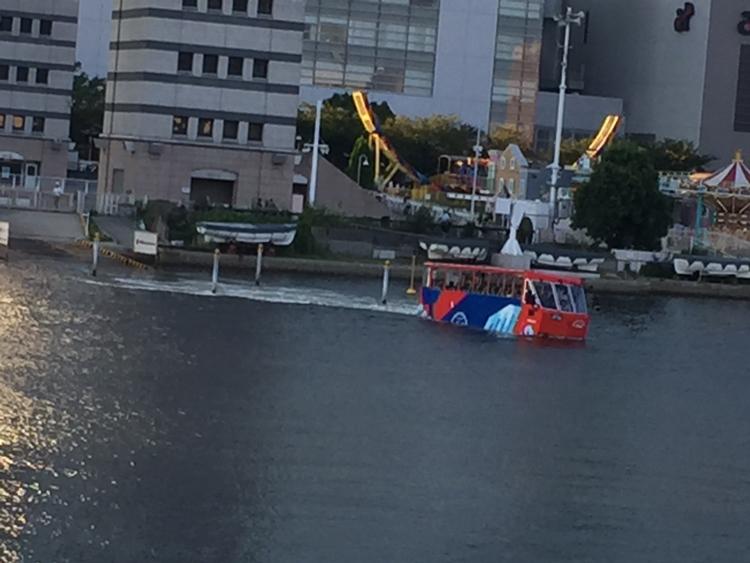 運河を渡る水陸両用バス
