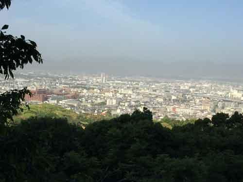 鳥居が連なる山道を進むと京都が一望できる眺望スペースも
