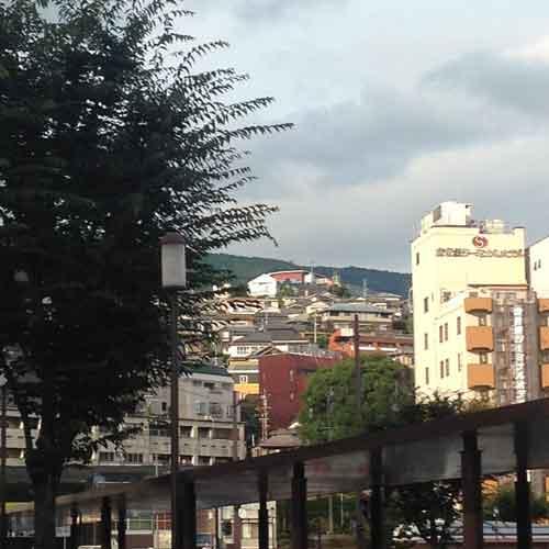 佐世保駅を山側に出た際の景色