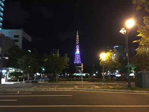 夜にライトアップされるさっぽろテレビ塔