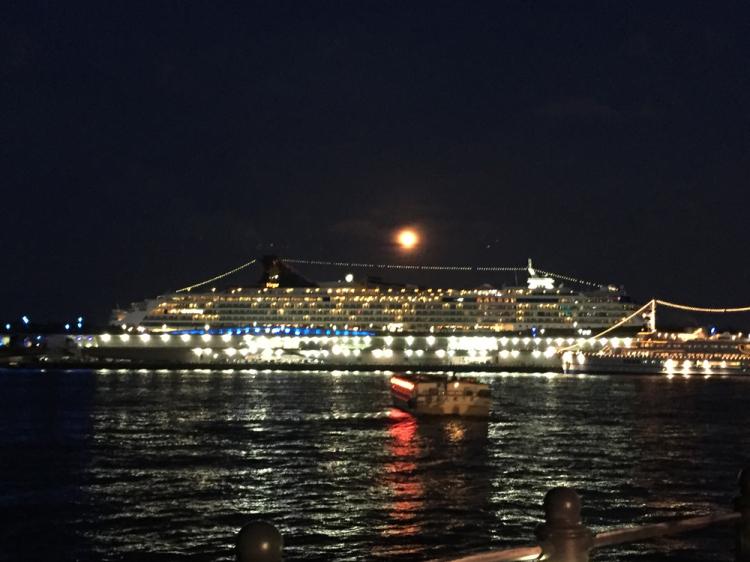 近くの大さん橋に豪華客船が頻繁に停泊している