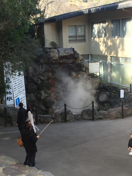 龍巻地獄 定期的に蒸気が大発生していた