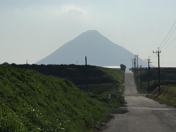開聞岳を望む付近の農道