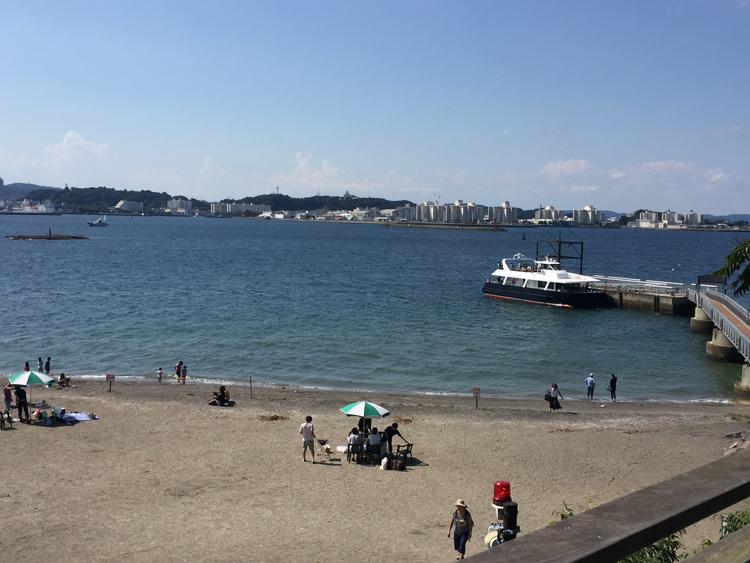 砂浜と桟橋、バーべーキューをしている方も