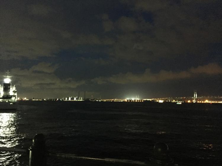 横浜ベイブリッジのライトアップや船の灯りがきれい