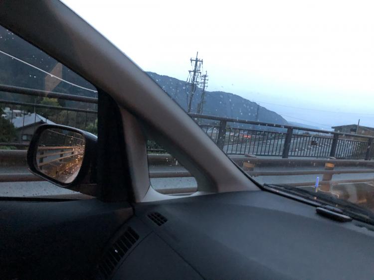 阿蘇早朝をドライブ、雲海らしきものは見えたが一人で運転中の撮影は無理