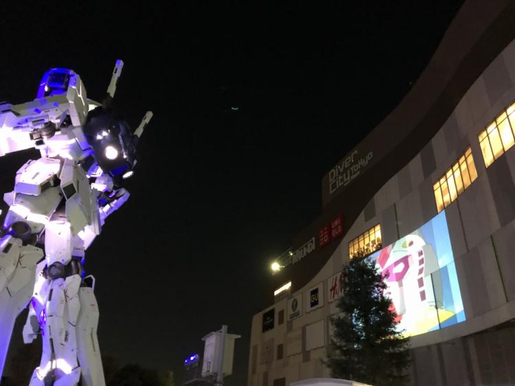 ライトアップされたイベント アニメのテーマ曲も流れる