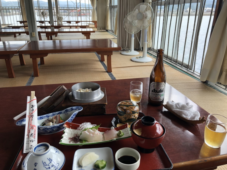 海上に建つ太田屋にて食事